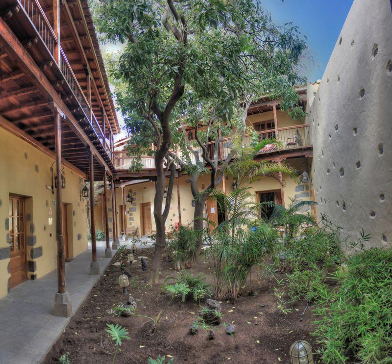 Hotel Los Camellos, schöner Innenhof mit Holzbalkonen in Aguimes