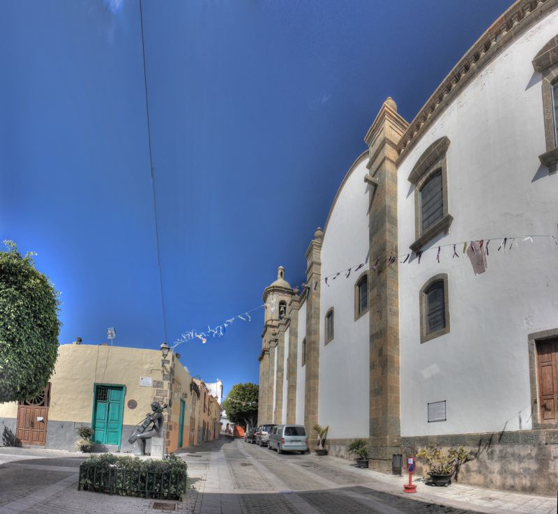 Kirche von Aguimes und Platz im Süden mit Geigenspielerin aus Bronze