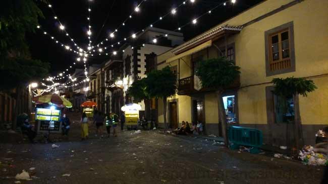 Fußgängerzone von Teror bei Nacht.