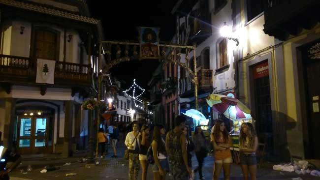 Eingang der Fußgängerzone von Teror beim Fest der Virgen del Pino