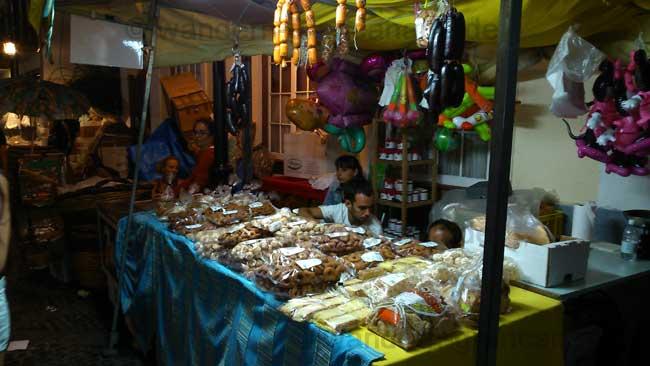Stand mit süssem Gebäck auf der Fiesta del Pino