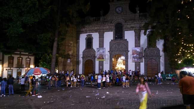Kirche von Teror bei der Fiesta del Pino nachts