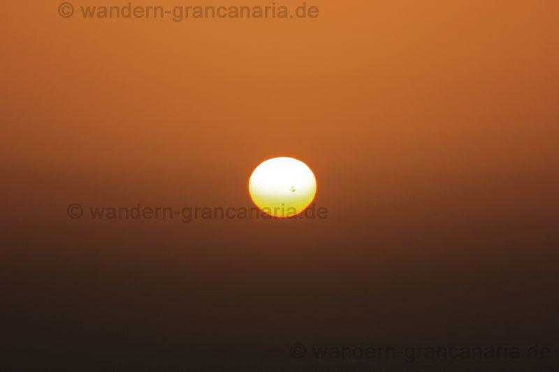 Sonne mit Sonnenfleck beim Sonnenaufgang auf Gran Canaria