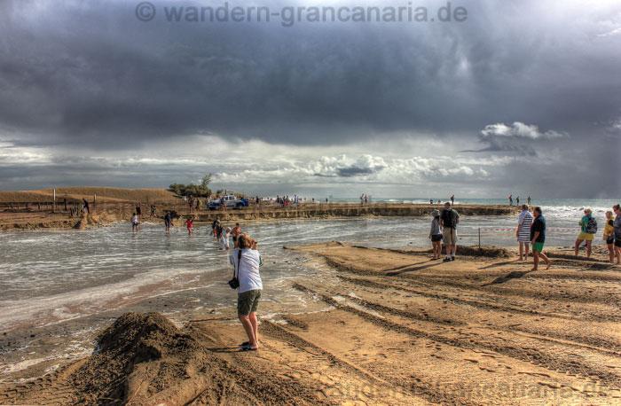 Strand von Maspalomas bei schlechtem Wetter, Durchbruch der Charca zum Meer