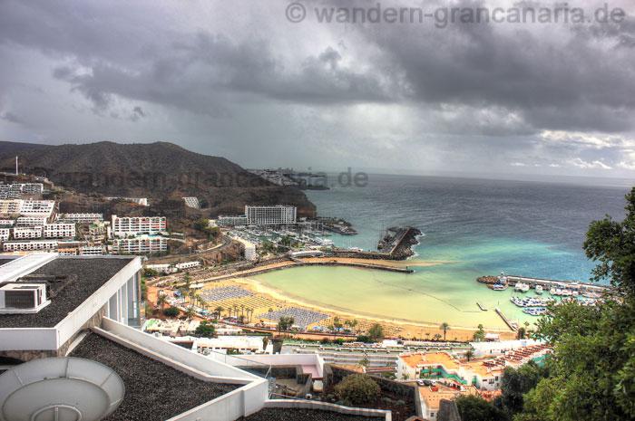 Strand von Puerto Rico, schlechtes Wetter mit Regenwolken.