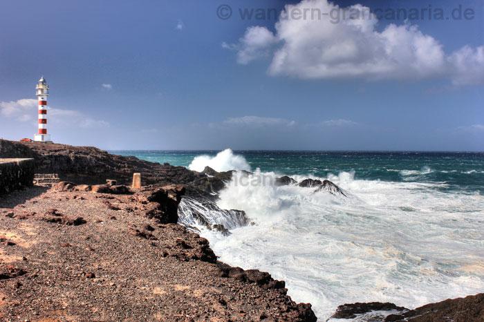 Leuchtturm von Sardina del Norte, Gran Canaria mit hohen Wellen.