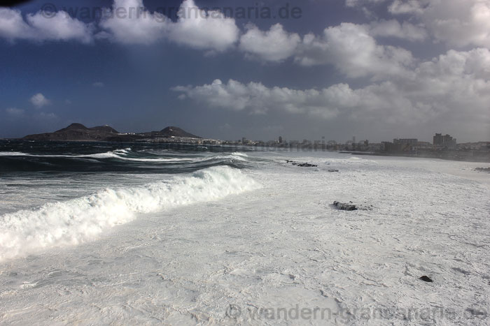 Hohe Wellen am Las Canteras Strand