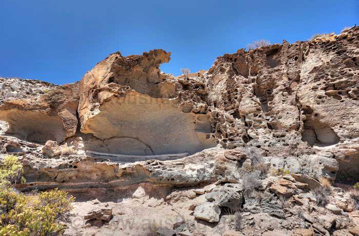 Von der Erosion zernagter Felsen beim Wandern im Süden von Gran Canaria.