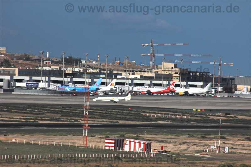 Rollbahn und Flugzeuge am Flughafen von Gran Canaria