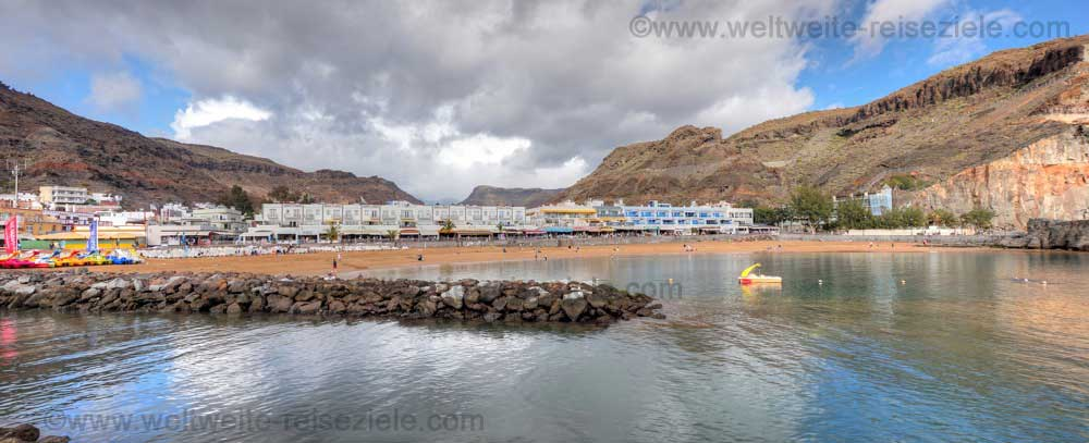 Sandstrand und Promenade von Puerto de Mogan