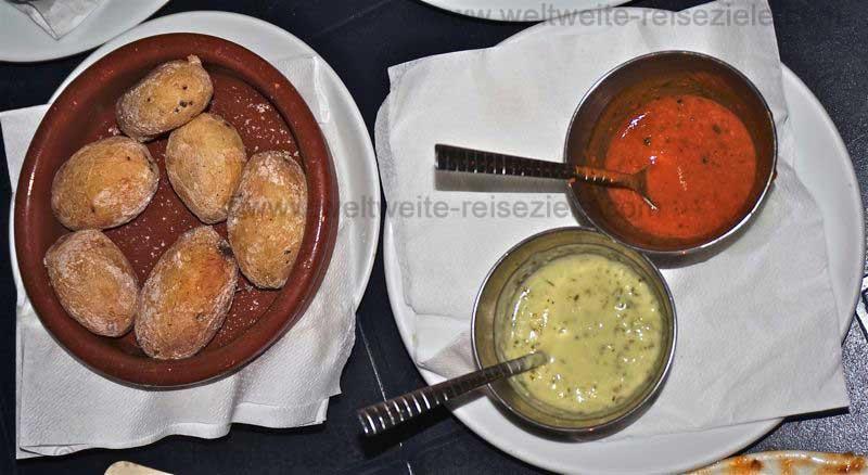 Kanarische Salz Kartoffeln mit grüner und roter Mojosauce