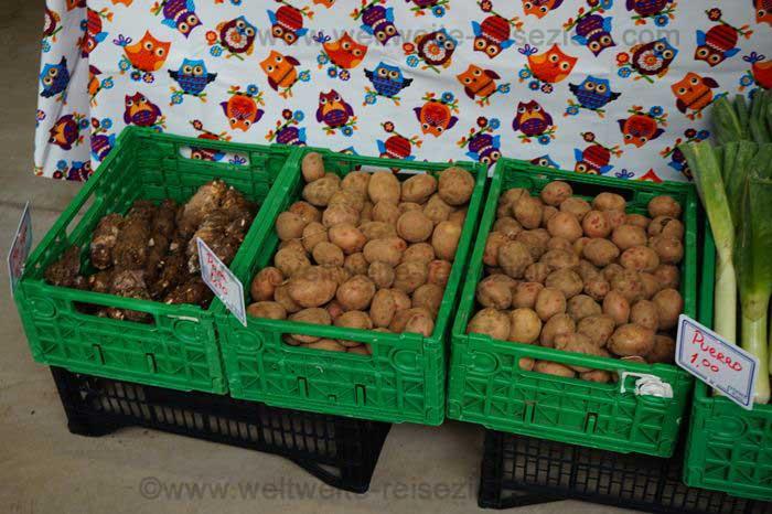 Verschiedene Arten von kanarischen Kartoffeln auf einem Markt