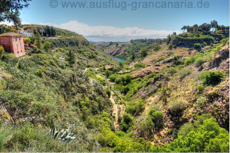 Somerliche Landschaft mit Stausee im Nordosten von Gran Canaria