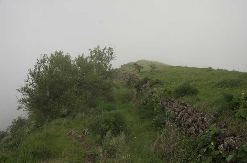 Weg an der Steinmauer eines alten Terrassenfeldes