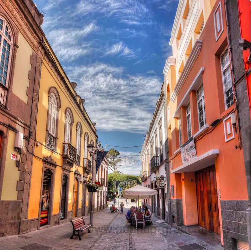 Schöne Gasse mit historischen Gebäuden im Stadtkern von Arucas
