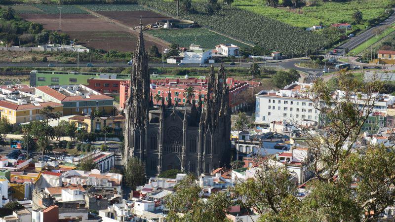 Neugotische Kirche von Arucas von oben gesehen.