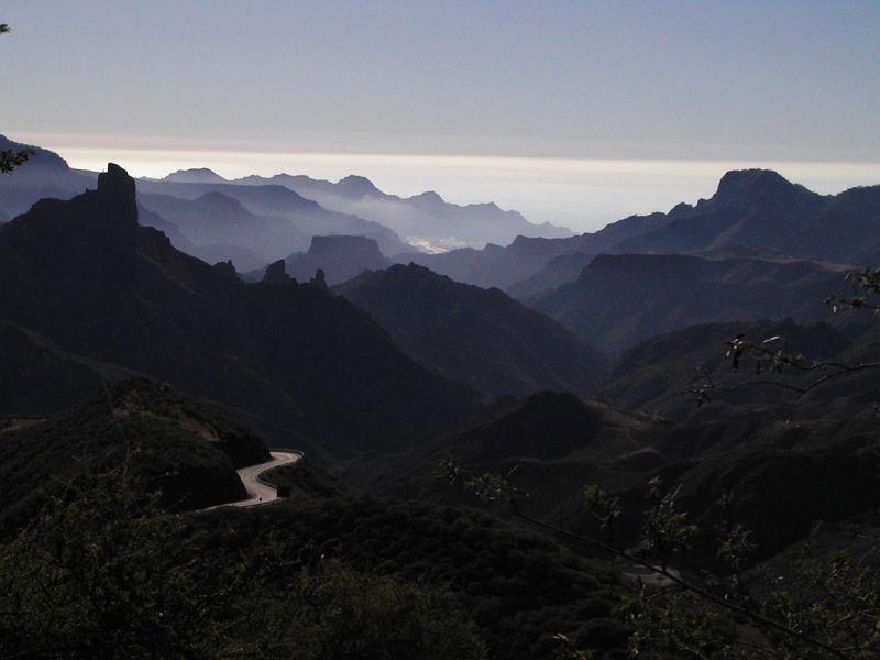 Blick vom Cruz de Tejeda nach Westen, zu sehen der Roque Bentaiga, das Tal von Tejeda und ein Teil von Aldea de San Nicolas.