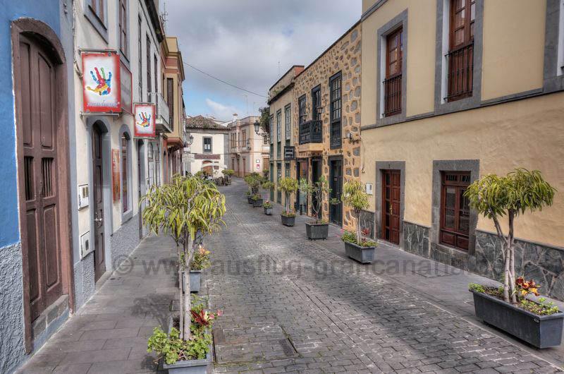 Schöne Gasse im historischen Ortskern von Santa Brigida