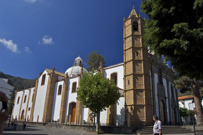 Kirche von Teror mit dem achteckigen Turm aus gelben Stein