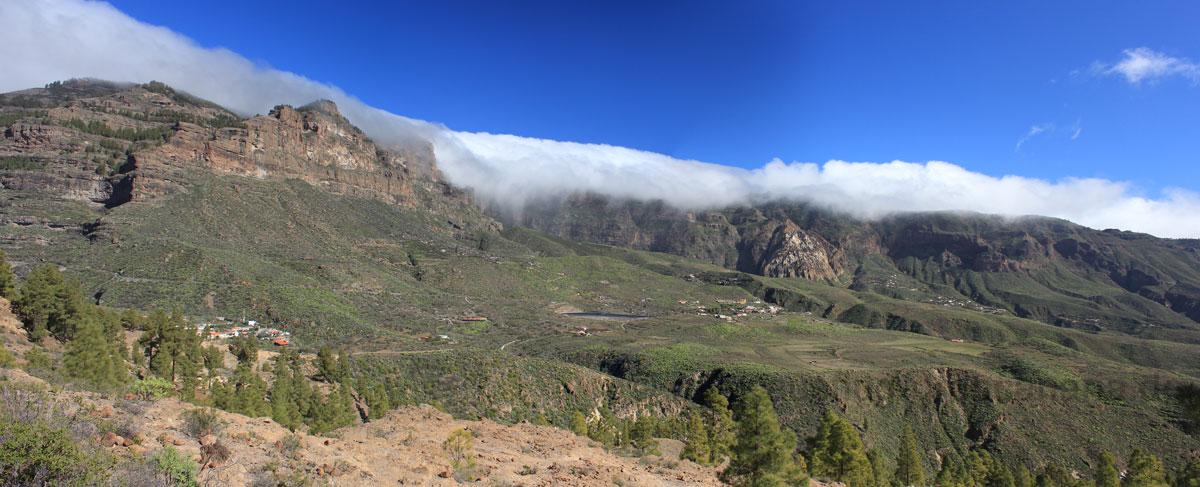 Felsabbrüche an der Nordseite der Caldera de Tirajana mit starken Wolken über den höchsten Bergen von Gran Canaria