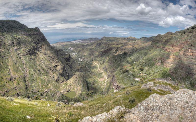 Ausblick von oben auf den hinteren Teil des Tales von Agaete, im Hintergrund die Nordwestspitze von Gran Canaria